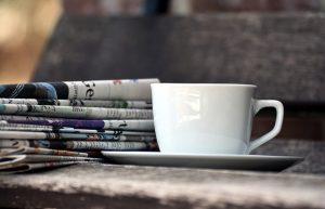 カップと新聞
