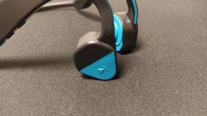 右耳の多機能ボタン